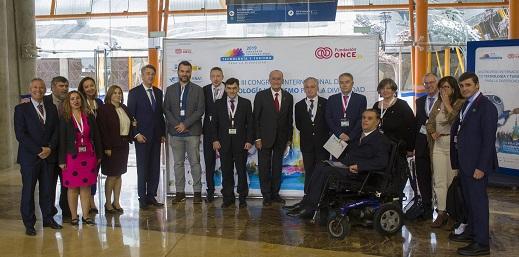 grupo de personas asistentes al Congreso junto a Alberto Durán y otros responsables de Fundación ONCE