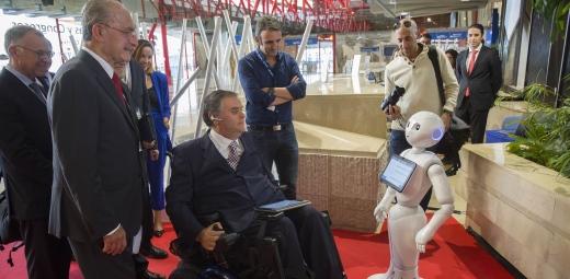 Discapacidad y Accesibilidad en el Congreso, robot Paca con asistentes al congreso