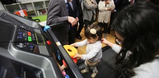 Fundación Solidaridad Carrefour dona equipamiento y es probado por niña de APSA