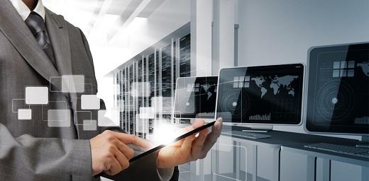 DRT4ALL, congreso de tecnologías para todos, hombre con pantallas de ordenador
