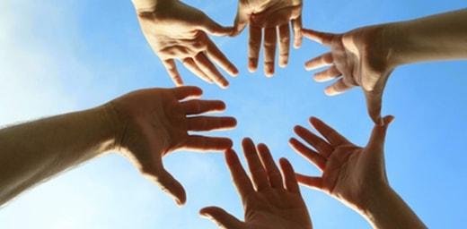 Imagen de varias manos formando un círculo - mesa redonda Servimedia