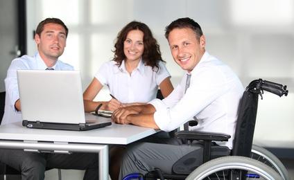 trabajadores con y sin discapacidad en mesa de reunión empleo y diversidad
