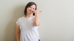 mujer con discapacidad intelectual sonriendo que puede pedir ayudas al emprendimiento de personas