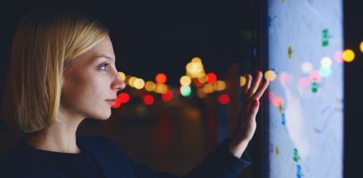 mujer tocando una pantalla táctil enfoca talento