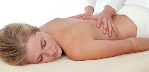 persona dándose un masaje, rehabilitación para espondiloartritis axial