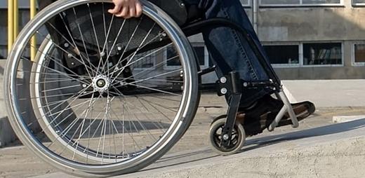 Persona llevando una silla de ruedas - Foro CEDDD dependencia y discapacidad
