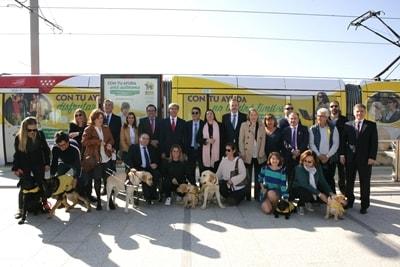 Participantes del convoy con Metro Ligero Oeste con sus perros guía