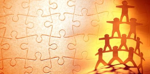 puzzle y siluetas de personas en pirámide, trabajar juntos clave para garantizar derechos