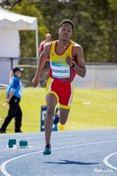 Deportista galardonado en los Global Games de Brisbane haciendo atletismo