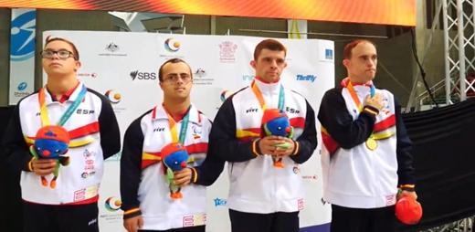 Deportistas galardonado en los Global Games de Brisbane posando con sus medallas