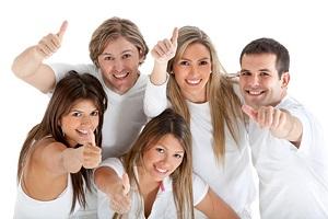 Grupo de personas alegres y levantando la mano con el signo de la victoria sonriendo como marca la guía de pensamiento positivo