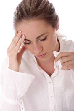 mujer con dolor de cabeza de la guía del dolor de cabeza