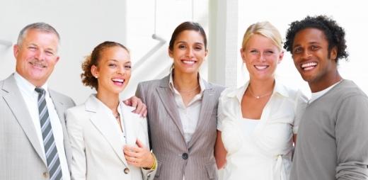 grupo de personas sonriendo en la oficina, guía del pensamiento positivo