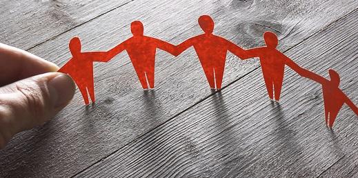 siluetas de personas de papel unidas