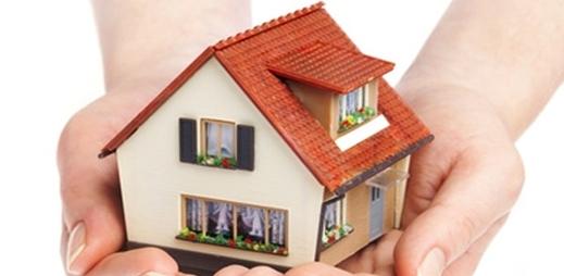 Unas manos sosteniendo una casa - hipoteca inversa