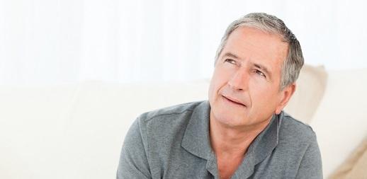 hombre mirando hacia arriba pensando en hemorroides