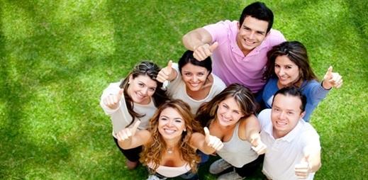 Jóvenes con el pulgas de la mano hacia arriba - I foro universitario