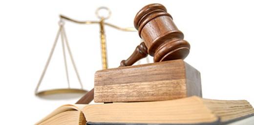 Incapacitación y Tutela, libros de derechos y mazo de juez