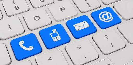 teclado de ordenador con iconos en color para llamada, wifi, etc, avances de informática y ayudas