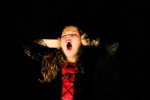 Una niña gritando de ira