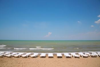 playa con hamacas que se puede buscar en localizador de playas