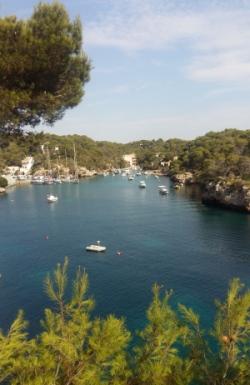 Vista de un puerto y playa de calas de Mallorca