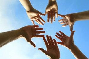 manos en el aire a punto de tocarse