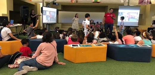Fotografía de la presentación del cuento de Marcela, inventora de palabras con ocho niños y niñas con diferentes discapacidades