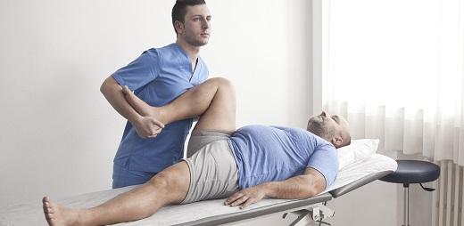 El dolor de espalda se puede aliviar yendo al fisio y dando masaje, como el caso de esta imágen