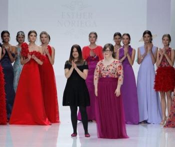 Paola Torres, modelo con síndrome de down, en desfile con diseñadora y modelos