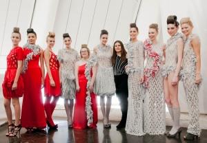 Paola, modelo con síndrome de down, posando con modelos en desfile de moda