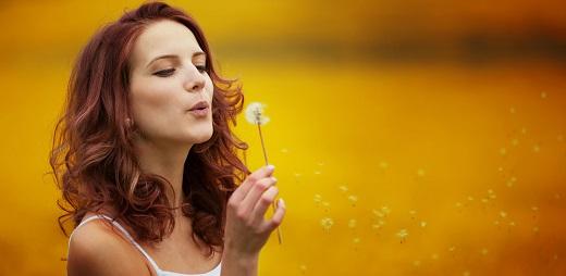 mujer soplando flor, ciertas sustancias pueden provocar enfermedad de los pulmones