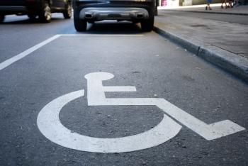 símbolo en la calle de aparcamiento reservado a personas con discapacidad Valencia