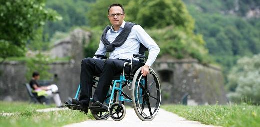 hombre en silla de ruedas, usuario de certificado de discapacidad