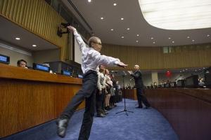 niño con discapacidad bailando en la sede de la ONU