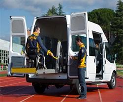 Unas personas acceden a un vehículo adaptado. Autoescuelas con vehículos adaptados