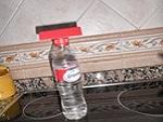 Ayudas caseras para comer: Taco de plastico, peado en el tapon de una botella.