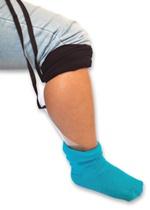 Ayudas caseras para la vida diaria: Correa que en un estremo tiene un plastico transparemnte y duro, donde se coloca el calcetín.