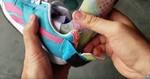 Ayudas caseras para la vida diaria: Zapato deportivo, con abertura trasera, que se ajusta mediannted velcro. Dento del zapato hay metida una ferula.