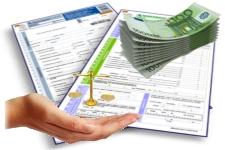 Solicitudes de ayudas a discapacidad y subvenciones, junto a una mano tendida para recibir algo, una balanza encima y billetes al lado