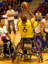 Un jugador de baloncesto en silla de ruedas