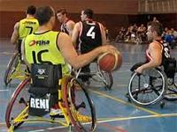 Jugadores preparados para jugar un partido de baloncesto en silla de ruedas