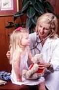Niña con doctora haciéndole pruebas para ver si tiene Cáncer infantil