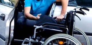 Un joven en silla de ruedas con certificado de discapacidad accede a su coche