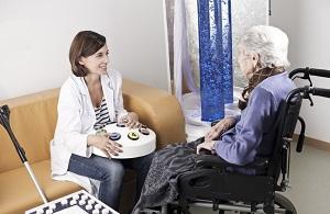 Una médico atiende a una personas con dependencia y certificado de discapacidad