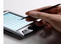 Una persona escribiendo un correo electrónico en una agenda electrónica