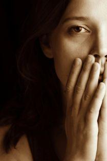 Mujer con rostro preocupado de cuidador