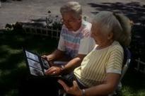 Pareja de ancianos viendo unas fotos con Esclerosis Lateral Amiatrófica