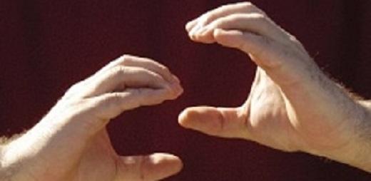 Una persona haciendo el símbolo de Lengua de Signos
