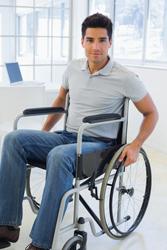 Accesibilidad urbana, un joven en silla de ruedas en una oficina